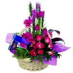 çikolata ve sepette çiçek   İsparta çiçek gönderme sitemiz güvenlidir