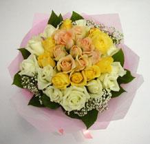 sari ve beyaz gül karisimda   İsparta çiçek , çiçekçi , çiçekçilik