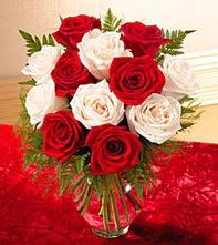 İsparta uluslararası çiçek gönderme  5 adet kirmizi 5 adet beyaz gül cam vazoda