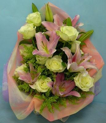 11 adet gül ve 2 adet kazablanka buketi  İsparta internetten çiçek satışı