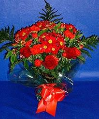 İsparta hediye çiçek yolla  3 adet kirmizi gül ve kir çiçekleri buketi