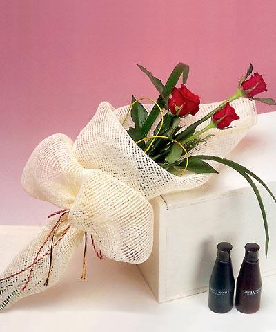 3 adet kalite gül sade ve sik halde bir tanzim  İsparta internetten çiçek siparişi