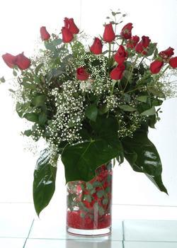 İsparta güvenli kaliteli hızlı çiçek  11 adet kirmizi gül ve cam yada mika vazo tanzim