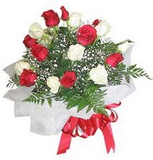 İsparta çiçek , çiçekçi , çiçekçilik  12 adet kirmizi ve beyaz güller buket