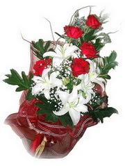 İsparta kaliteli taze ve ucuz çiçekler  5 adet kirmizi gül 1 adet kazablanka çiçegi buketi