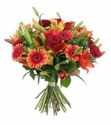 İsparta çiçek gönderme  3 adet kirmizi gül ve karisik kir çiçekleri demeti
