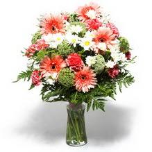 İsparta çiçekçiler  cam yada mika vazo içerisinde karisik demet çiçegi