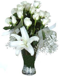 cam içerisinde 11 beyaz gül ve 1 kazablanka  İsparta çiçek siparişi sitesi