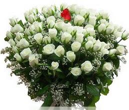İsparta internetten çiçek satışı  100 adet beyaz 1 adet kirmizi gül buketi