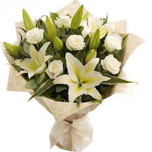 İsparta anneler günü çiçek yolla  3 dal kazablanka ve 7 adet beyaz gül buketi