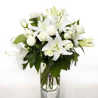 İsparta çiçek gönderme sitemiz güvenlidir  1 dal cazablanca 7 adet beyaz gül vazosu