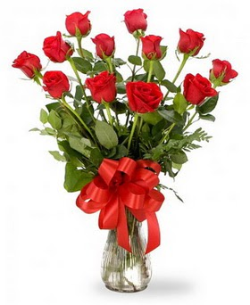 İsparta çiçek , çiçekçi , çiçekçilik  12 adet kırmızı güllerden vazo tanzimi