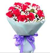 12 adet kırmızı gül ve beyaz kır çiçekleri  İsparta çiçekçi mağazası