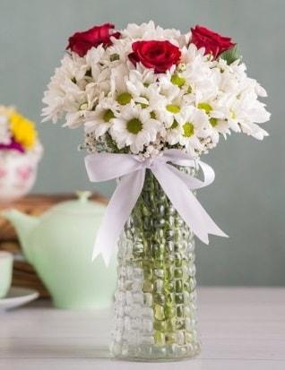 Papatya Ve Güllerin Uyumu camda  İsparta çiçek gönderme sitemiz güvenlidir