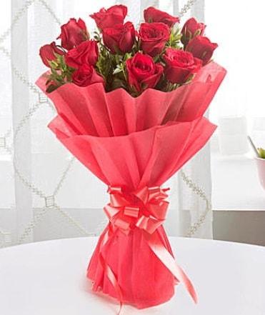 12 adet kırmızı gülden modern buket  İsparta çiçek yolla
